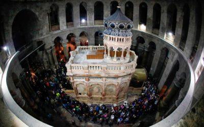 Oración de los Franciscanos en el Santo Sepulcro