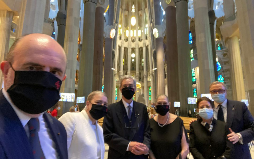 Asistencia al funeral celebrado en la Sagrada Familia por los fallecidos a causa de la pandemia